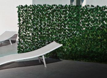 Schermatura a foglie sintetiche di lauro sostenute da una for Siepi artificiali per balconi